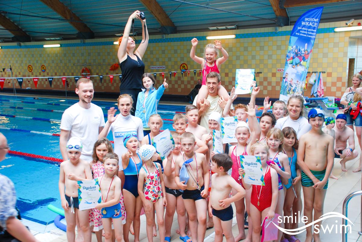 Zawody pływackie - zdjęcie grupowe