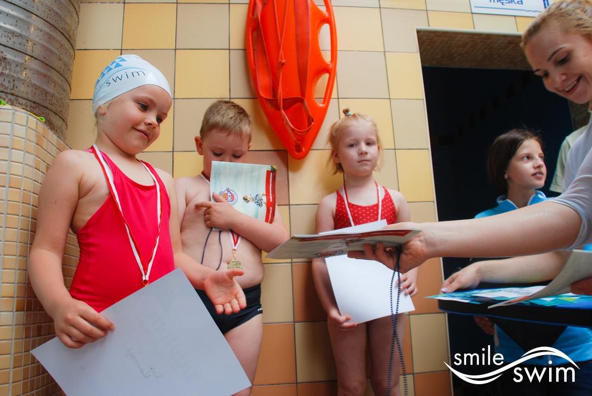 Zawody pływackie - rozdanie dyplomów
