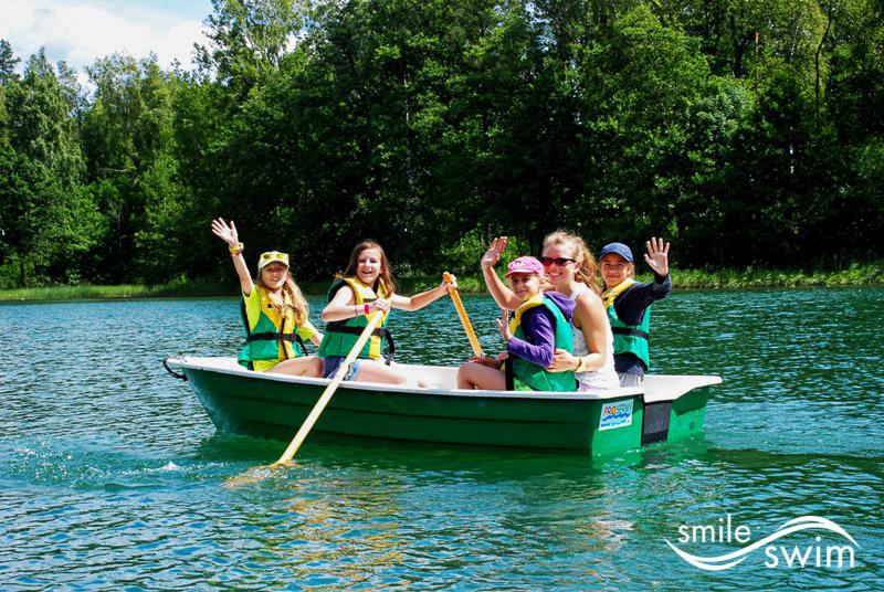 Pływanie łódka z wiosłami - obóz sportowy