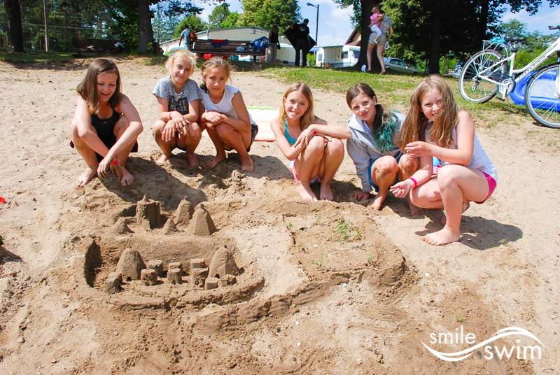 Budowanie zamków z piasku - obóz pływacki