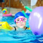 Urodzinowe balony na basenie