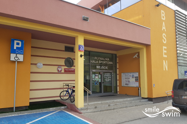 Basen OSiR Mokotów Niegocińska - wejście do budynku
